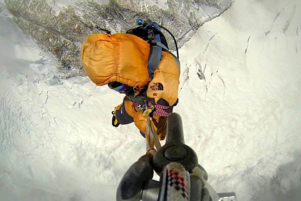 simone-moro-helicopter-descending